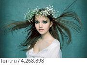 Купить «Весенний портрет девушки в венке из белых цветов», фото № 4268898, снято 13 января 2012 г. (c) Альбина Типляшина / Фотобанк Лори