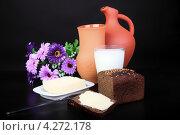 Хлеб, кувшин и молоко на темном фоне. Натюрморт. Стоковое фото, фотограф Коржавин Александр / Фотобанк Лори