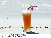 Бокал  напитка  с трубочкой на песке. Стоковое фото, фотограф Вера Мезенкова / Фотобанк Лори