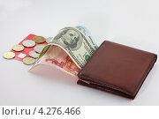От банковской карточки в портмоне перемещаются разные купюры и монеты. Стоковое фото, фотограф Николай Овечко / Фотобанк Лори