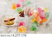Разноцветный мармелад в стеклянной банке на деревянном столе. Стоковое фото, фотограф Tatjana Baibakova / Фотобанк Лори