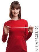 Купить «Портрет женщины с сантиметром в руках на белом фоне», фото № 4282154, снято 10 февраля 2013 г. (c) Виталий Батанов / Фотобанк Лори