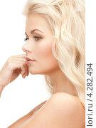 Купить «Очаровательная молодая блондинка с длинными волнистыми волосами крупным планом», фото № 4282494, снято 13 ноября 2010 г. (c) Syda Productions / Фотобанк Лори