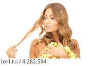 Купить «Привлекательная девушка в длинными волнистыми русыми волосами с желтыми мелкими яблоками», фото № 4282594, снято 14 августа 2010 г. (c) Syda Productions / Фотобанк Лори