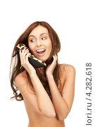 Купить «Счастливая брюнетка с длинными волосами прижимает к себе туфли на каблуке леопардовой расцветки», фото № 4282618, снято 6 ноября 2010 г. (c) Syda Productions / Фотобанк Лори