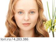 Купить «Привлекательная молодая женщина крупным планом с зеленым растением на белом фоне», фото № 4283386, снято 27 ноября 2010 г. (c) Syda Productions / Фотобанк Лори