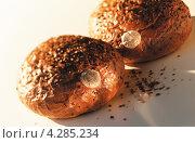 Купить «Круглые булочки, посыпанные семенами», фото № 4285234, снято 22 апреля 2019 г. (c) Food And Drink Photos / Фотобанк Лори