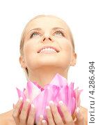 Купить «Очаровательная молодая женщина с русыми волосами с сиреневым цветком лотоса в руках», фото № 4286494, снято 30 октября 2010 г. (c) Syda Productions / Фотобанк Лори
