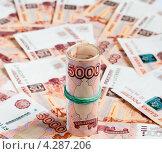 Купить «Деньги свёрнутые трубочкой стоят на фоне из пятитысячных купюр», эксклюзивное фото № 4287206, снято 14 февраля 2013 г. (c) Игорь Низов / Фотобанк Лори