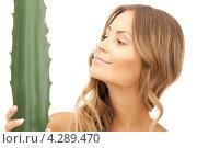 Купить «Красивая девушка с широким листом алоэ», фото № 4289470, снято 14 августа 2010 г. (c) Syda Productions / Фотобанк Лори