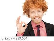 Купить «Молодой рыжий бизнесмен в черном костюме показывает знак окей на пальцах», фото № 4289554, снято 26 февраля 2011 г. (c) Syda Productions / Фотобанк Лори