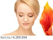 Купить «Привлекательная блондинка с ярким оранжевым цветком каллы», фото № 4289894, снято 12 февраля 2011 г. (c) Syda Productions / Фотобанк Лори