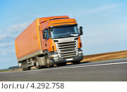 Купить «Оранжевый грузовик-трейлер мчится по трассе», фото № 4292758, снято 24 апреля 2012 г. (c) Дмитрий Калиновский / Фотобанк Лори