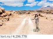 Девушка голосует на пустынной дороге в солнечный день. Стоковое фото, фотограф Dmitry Burlakov / Фотобанк Лори