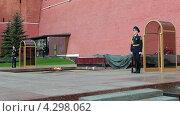 Купить «Солдаты в почетном карауле у вечного огня у Кремлевской стены, Москва», видеоролик № 4298062, снято 17 февраля 2013 г. (c) Кекяляйнен Андрей / Фотобанк Лори