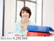 Купить «Молодая женщина работает с документами в папках в офисе», фото № 4298994, снято 14 ноября 2019 г. (c) Syda Productions / Фотобанк Лори