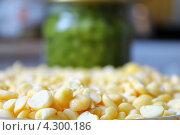 Половинки желтого гороха. Стоковое фото, фотограф Андрей Сериков / Фотобанк Лори