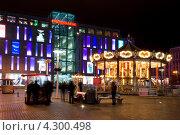 Купить «Карусель на площади Днепропетровска ночью», фото № 4300498, снято 16 февраля 2013 г. (c) Сергей Огарёв / Фотобанк Лори