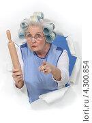Купить «Забавная пожилая женщина в бигуди со скалкой», фото № 4300854, снято 10 февраля 2011 г. (c) Phovoir Images / Фотобанк Лори