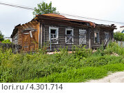 Старый дом с заколоченными окнами (2012 год). Стоковое фото, фотограф Никитин Владимир / Фотобанк Лори
