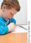 Купить «Ребенок делает домашнее задание», фото № 4302122, снято 18 февраля 2013 г. (c) Рожков Юрий / Фотобанк Лори
