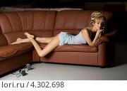 Купить «Девушка в одиночестве лежит на кожаном диване», фото № 4302698, снято 2 апреля 2006 г. (c) Syda Productions / Фотобанк Лори