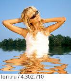 Купить «Счастливая блондинка в солнечных очках купается в озере», фото № 4302710, снято 8 августа 2006 г. (c) Syda Productions / Фотобанк Лори