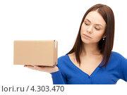 Купить «Привлекательная девушка с картонной коробкой в руке», фото № 4303470, снято 2 апреля 2011 г. (c) Syda Productions / Фотобанк Лори