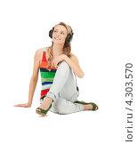 Купить «Довольная девушка слушает музыку в больших наушниках», фото № 4303570, снято 17 сентября 2019 г. (c) Syda Productions / Фотобанк Лори