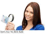 Купить «Привлекательная молодая брюнетка рассматривает купюру в лупу», фото № 4303926, снято 2 апреля 2011 г. (c) Syda Productions / Фотобанк Лори