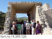 Купить «Греция. Остров Крит. Туристы в Греции», фото № 4305126, снято 19 июля 2010 г. (c) Елена Соломонова / Фотобанк Лори