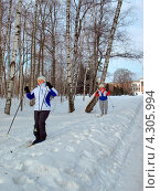 Купить «Катание на лыжах в ботаническом саду. Москва», фото № 4305994, снято 17 февраля 2013 г. (c) Самойлова Екатерина / Фотобанк Лори