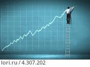Купить «Стоящий на лестнице бизнесмен рисует на стене большой график роста», фото № 4307202, снято 14 декабря 2018 г. (c) Sergey Nivens / Фотобанк Лори