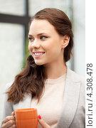Купить «Привлекательная деловая женщина с кружкой в руках в офисе», фото № 4308478, снято 13 июля 2020 г. (c) Syda Productions / Фотобанк Лори