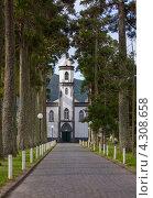Аллея и церковь с колокольней Sete Cidades Church, остров Сан-Мигель (2012 год). Стоковое фото, фотограф Роман Сулла / Фотобанк Лори
