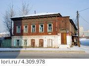 Купить «Старый двухэтажный дом. Улица Чкалова. Чита», эксклюзивное фото № 4309978, снято 14 января 2013 г. (c) Александр Щепин / Фотобанк Лори