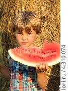 Купить «Маленькая девочка с долькой арбуза на природе», фото № 4310074, снято 11 августа 2012 г. (c) Rumo / Фотобанк Лори