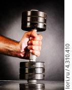 Купить «Мужская рука держит гантель», фото № 4310410, снято 22 августа 2012 г. (c) Сергей Петерман / Фотобанк Лори