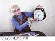 Купить «Пожилая женщина показывает на часы. Время идет», фото № 4310710, снято 20 февраля 2013 г. (c) Элина Гаревская / Фотобанк Лори