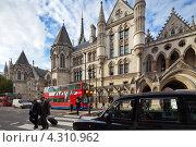 Купить «Королевский суд общей юрисдикции. Стрэнд, Лондон, Великобритания», фото № 4310962, снято 18 октября 2012 г. (c) Антон Балаж / Фотобанк Лори