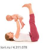 Мама с ребенком занимаются гимнастикой. Стоковое фото, фотограф Евгений Атаманенко / Фотобанк Лори