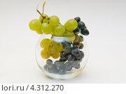 Красный и зелёный виноград в круглой стеклянной вазе. Стоковое фото, фотограф Артем Свистун / Фотобанк Лори