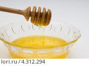 Мед в стеклянной миске с деревянной палочкой. Стоковое фото, фотограф Артем Свистун / Фотобанк Лори