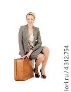 Молодая женщина с рыжим чемоданом на белом фоне. Стоковое фото, фотограф Syda Productions / Фотобанк Лори
