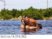 Мужчина и две женщины купаются в озере. Стоковое фото, фотограф Антон Куделин / Фотобанк Лори
