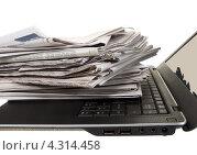 Купить «Стопка газет на черном ноутбуке», фото № 4314458, снято 20 февраля 2013 г. (c) Ирина Кожемякина / Фотобанк Лори