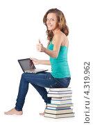 Купить «Улыбающаяся студентка сидит на стопке книг с ноутбуком и показывает жест - все отлично!», фото № 4319962, снято 22 августа 2012 г. (c) Elnur / Фотобанк Лори