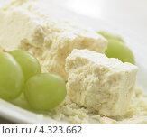 Купить «Рассыпчатый Чеширский сыр и зеленый виноград», фото № 4323662, снято 31 марта 2009 г. (c) Food And Drink Photos / Фотобанк Лори