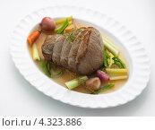 Купить «Кусок говядины с овощами в бульоне», фото № 4323886, снято 29 августа 2010 г. (c) Food And Drink Photos / Фотобанк Лори