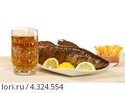 Кружка пива и судак горячего копчения с лимоном. Стоковое фото, фотограф Смирнов Константин / Фотобанк Лори